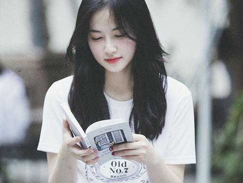 Đây là ảnh một cô gái đọc sách, không ai chú ý tới sách. Bản năng của con người là quan tâm sự hấp dẫn
